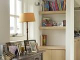 boekenkast met planken in nis